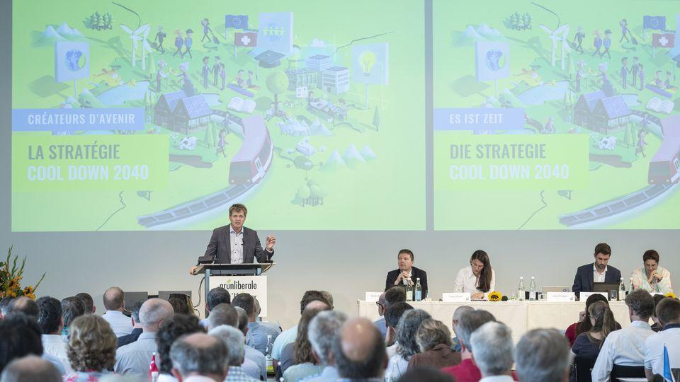 """Jürg Grossen, le président des Verts'libéraux, présente la stratégie """"Cool down 2040"""". [Melanie Duchene - Keystone]"""