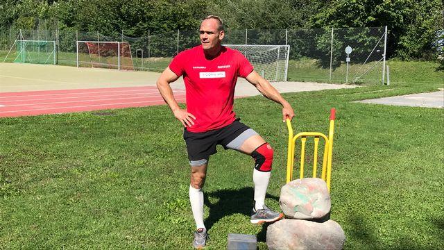 Yvan Chapuis utilise une pierre de 81 kg à l'entraînement. [Sébastien Schorderet - RTS]
