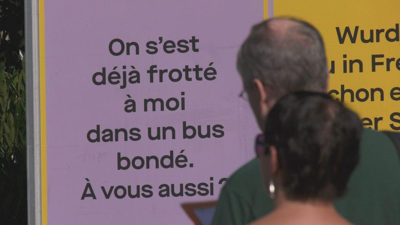 Une campagne d'affichage contre le harcèlement de rue est déjà visible dans les rues, les lieux publics et les transports publics de la ville de Fribourg. [RTS]