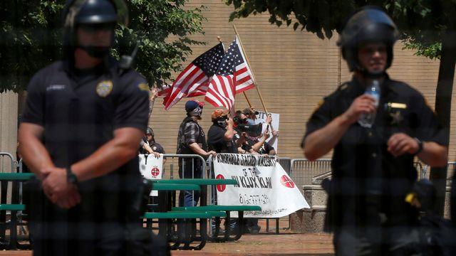 Des membres du groupe nationaliste blanc du Ku Klux Klan manifestent à Dayton, Ohio, le 25 mai 2019. [Jim Urquhart - Reuters]