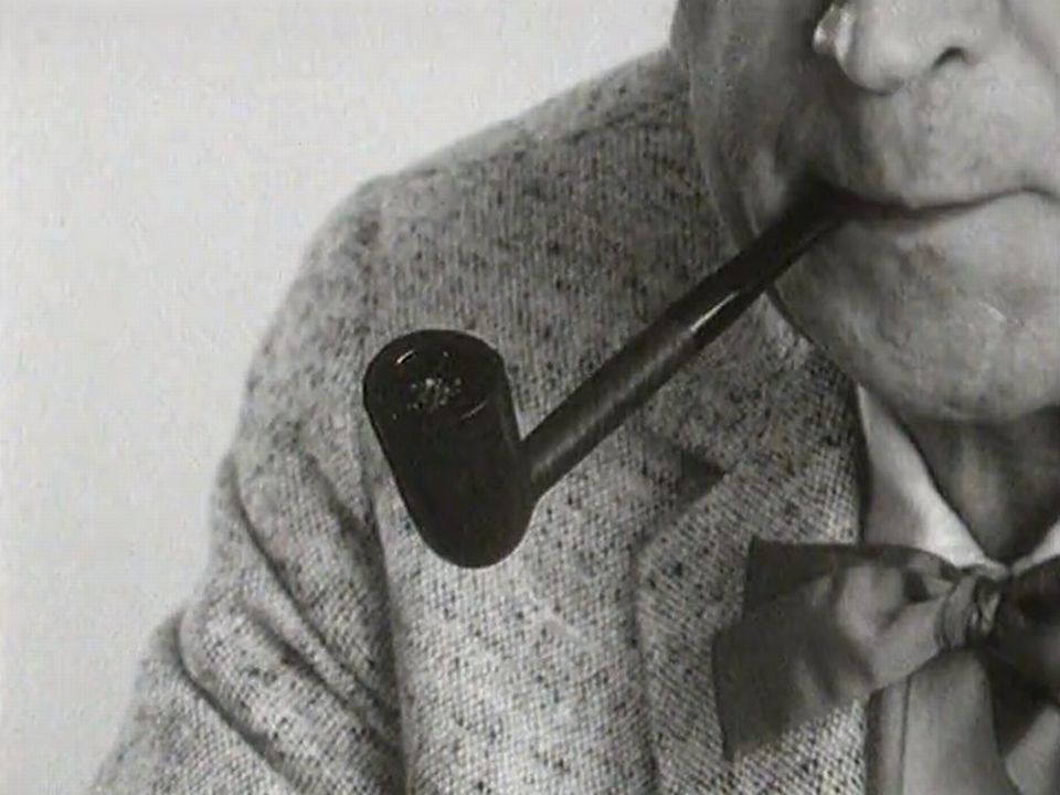 Georges Simenon fumant la pipe en 1966. [RTS]