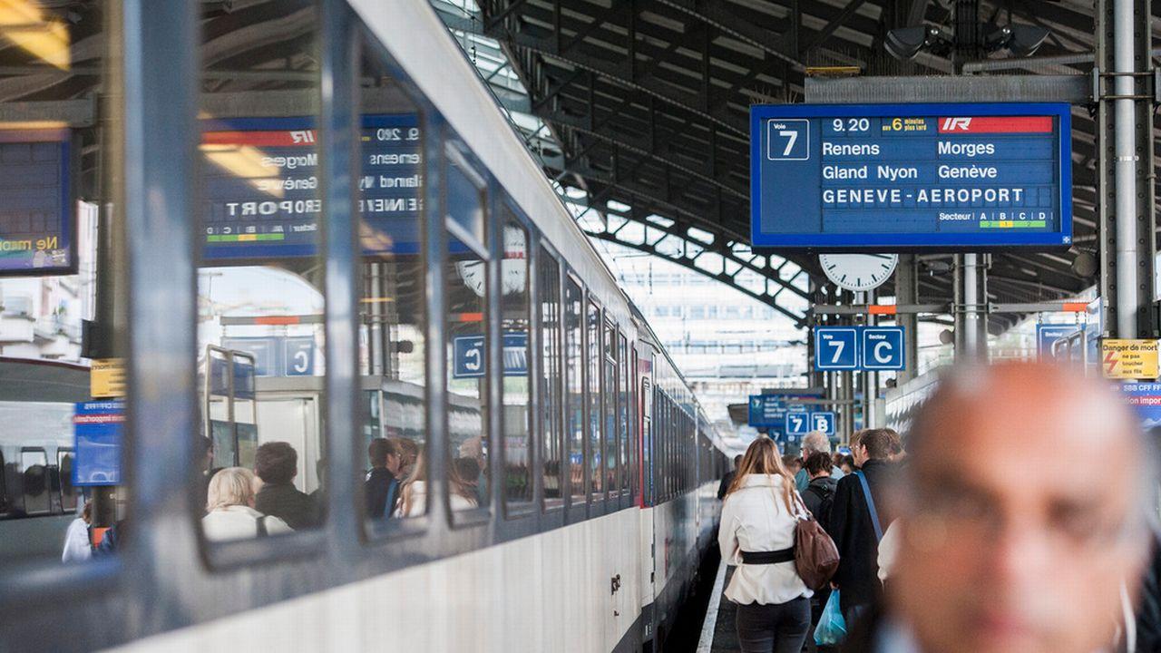 Un panneau d'affichage annonce un retard entre Lausanne et Genève-Aéroport. [Yannick Bailly - Keystone]