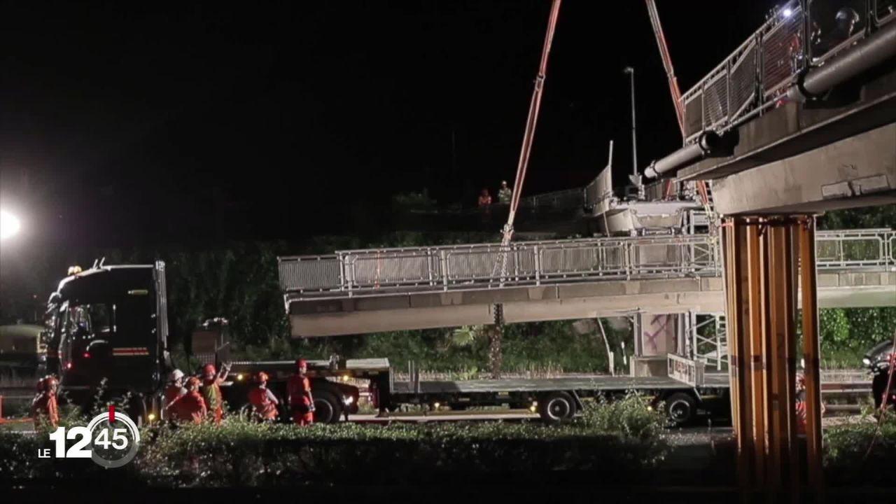 Le tronçon d'autoroute entre Montreux et Vevey est rouvert au trafic. La passerelle a été démontée durant la nuit. [RTS]