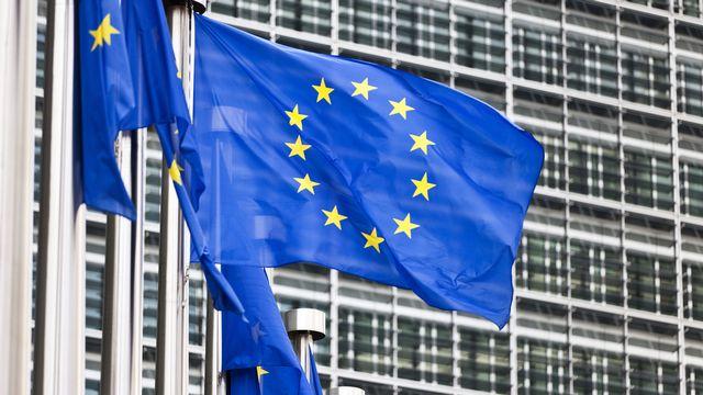 Le drapeau de l'Union européenne devant les bâtiments de la Commission européenne à Bruxelles. [Martin Ruetschi - Keystone]