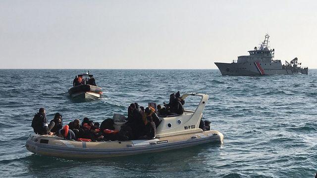 Des migrants interceptés par les autorités britanniques alors qu'ils tentaient de traverser la Manche. [Société nationale de sauvetage en mer - AFP]