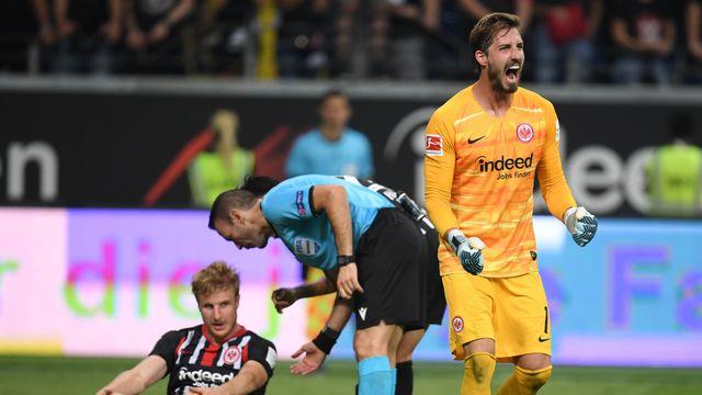 Kevin Trapp hurle sa joie. L'Eintracht Francfort peut toujours rêver d'une belle aventure européenne. [KEYSTONE]
