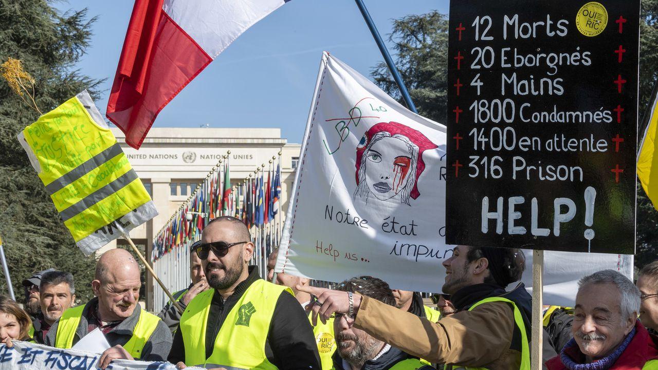 Quelque 800 gilets jaunes sont revenus à Genève samedi 31 août 2019 pour dénoncer les violences policières et défendre le droit de manifester en France. [Martial Trezzini - Keystone]