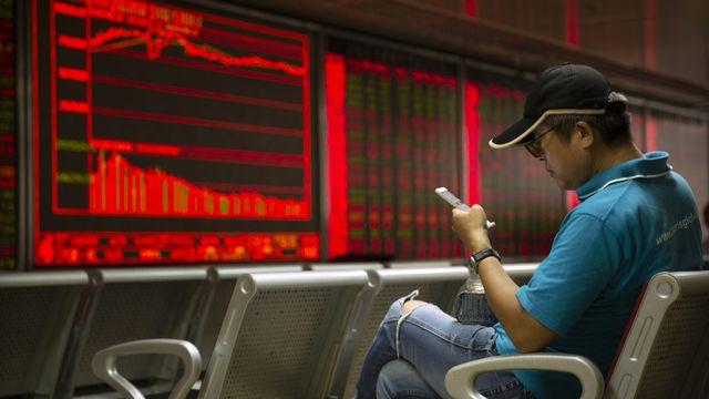 Les chinois auraient effectués depuis leur smartphone pour plus de 10'000 milliards CHF de transactions en 2017. [Mark Schiefelbein - AP]