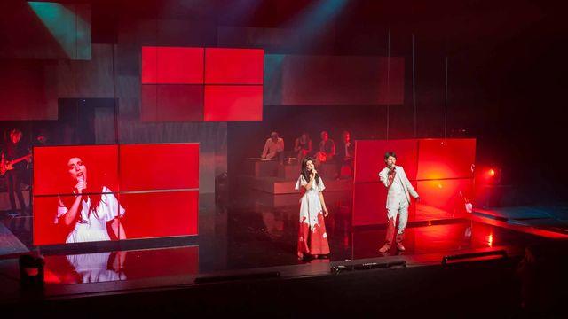 """Le spectacle """"Concours européen de la chanson philosophique"""" de Massimo Furlan & Claire de Ribaupierre. [vidy.ch]"""