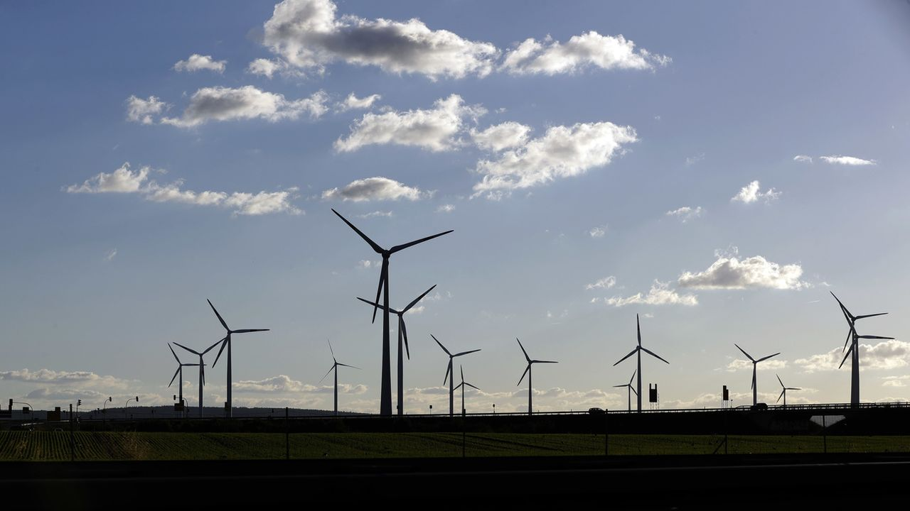 Des éoliennes près de Halle, en Allemagne. [Matthias Schrader - AP Photo/Keystone]