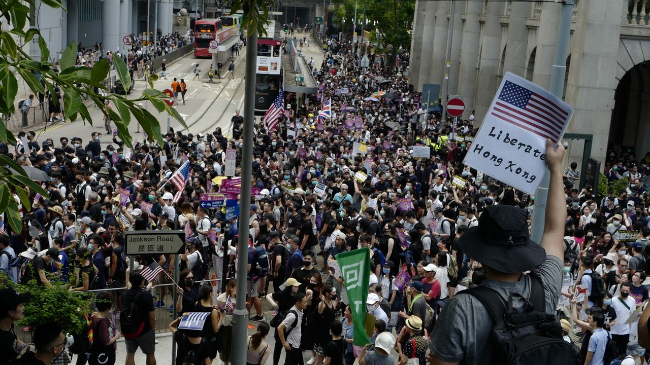 Des manifestants hongkongais se rendent au Consulat des USA. [Jeon Heon-Kyun - EPA/Keystone]