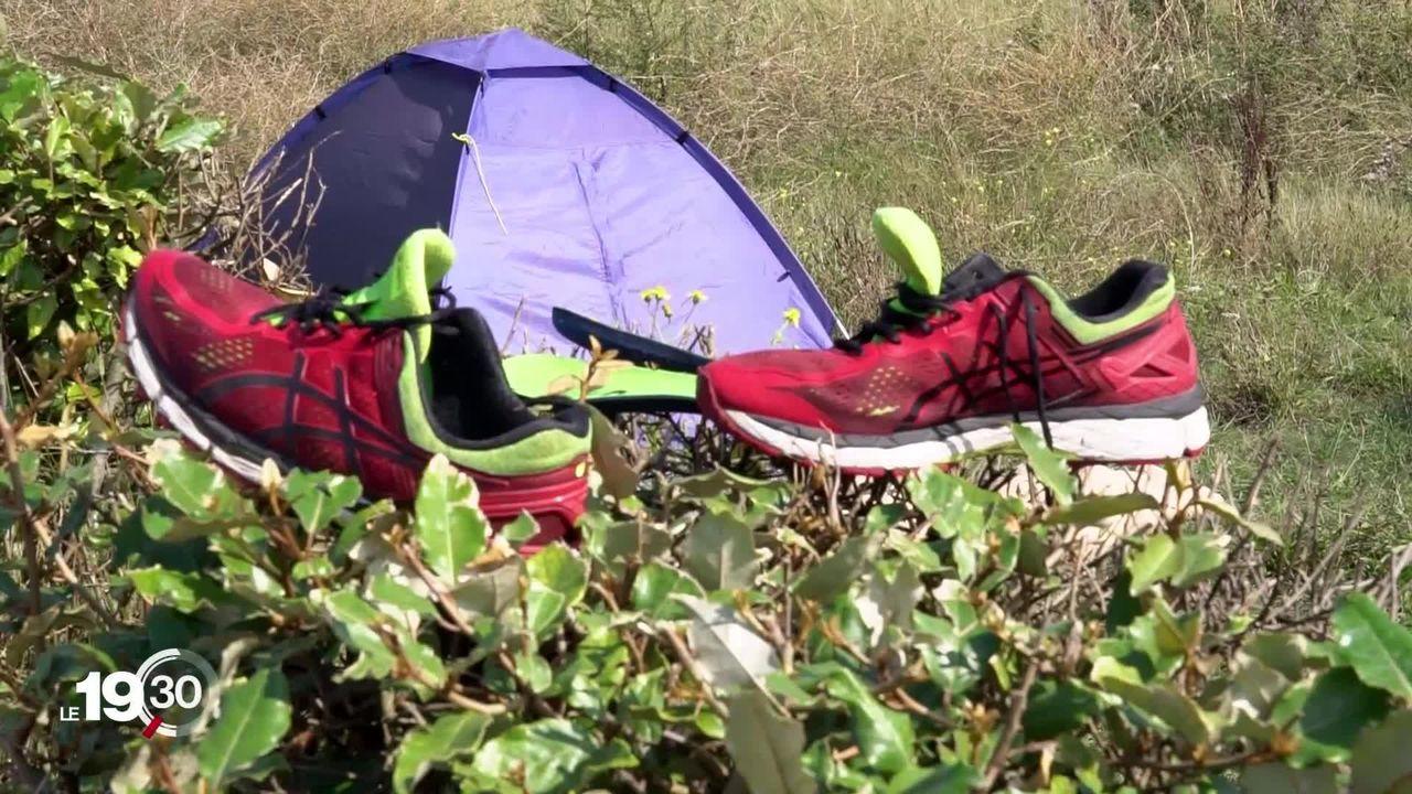 À Calais, les migrants embarquent dans des canots pneumatiques de fortune dans l'espoir d'atteindre la Grande-Bretagne. [RTS]