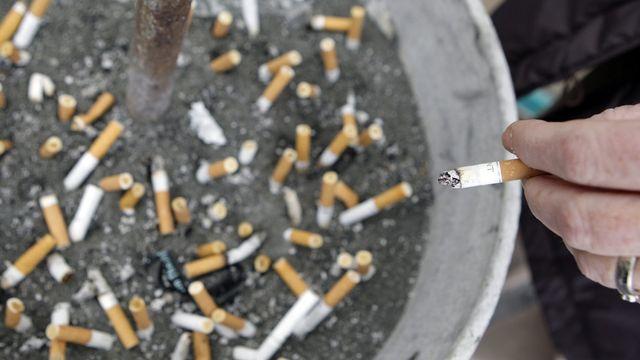 Un cendrier public rempli de cigarettes écrasées en 2007 à Lausanne. [Laurent Gillieron - Keystone]