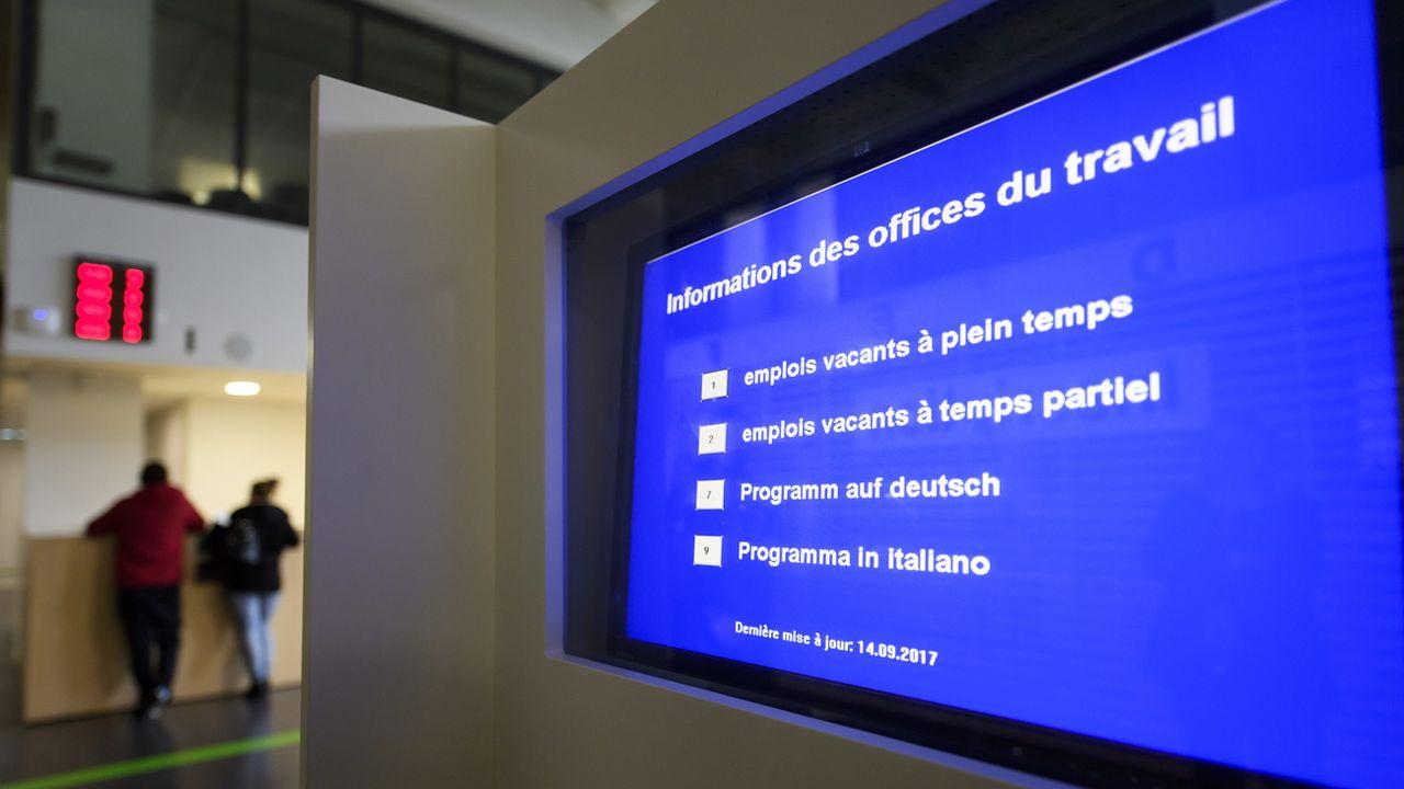 Un écran indique les emplois vacant dans le hall de l'Office Cantonal de l'emploi à Genève. [Martial Trezzini - Keystone]