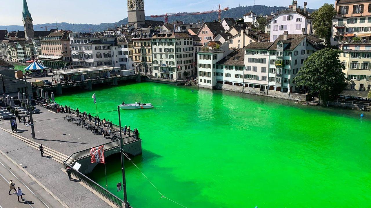 La Limmat colorée de vert. [Stadtpolizei Zurich - Keystone]