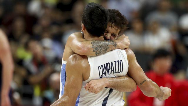 Les Argentins Nicolas Laprovittola et Facundo Campazzo aux anges après leur succès. [Ng Han Guan - Keystone]