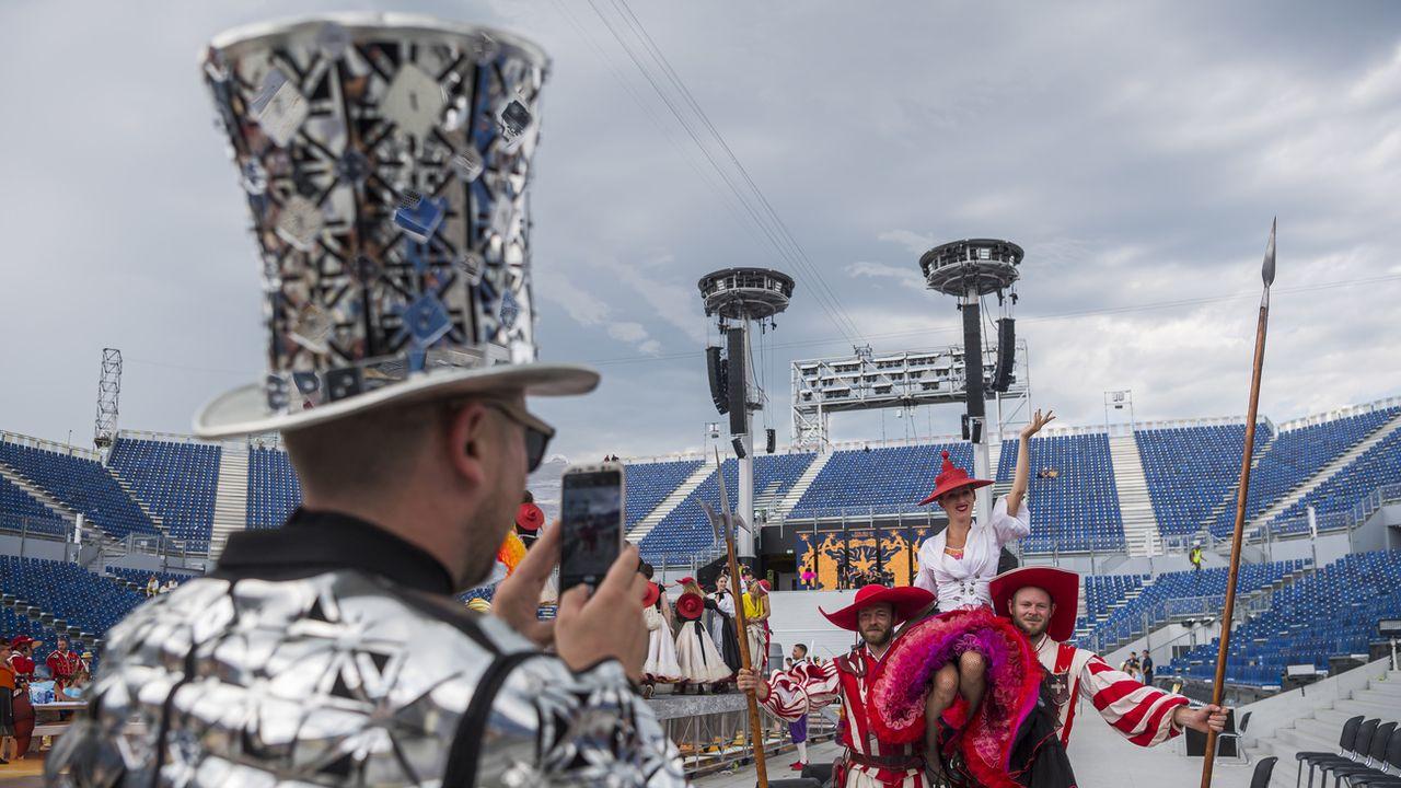 Après la dernière représentation de la Fête des Vignerons, des acteurs-figurants immortalisent une dernière fois l'arène. Vevey, le 11 août 2019. [Jean-Christophe Bott - Keystone]