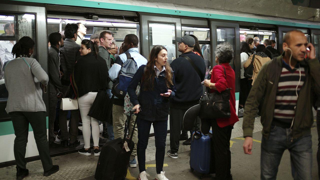 Dix lignes de métro étaient interrompues vendredi à Paris. [Thibault Camus - AP Photo]