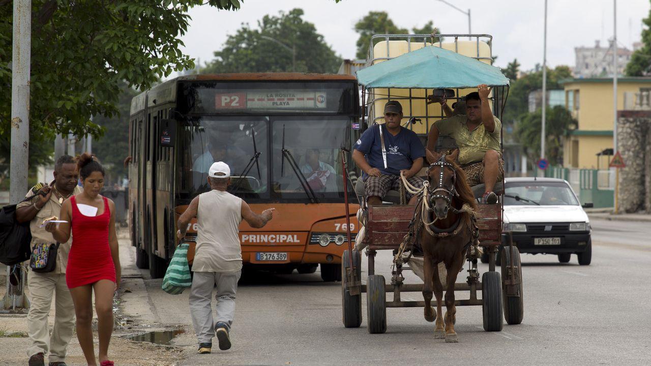 Une calèche dans les rues de La Havane, alors que la capitale cubaine est frappée par la pénurie de carburant. [Ismael Francisco - AP Photo]