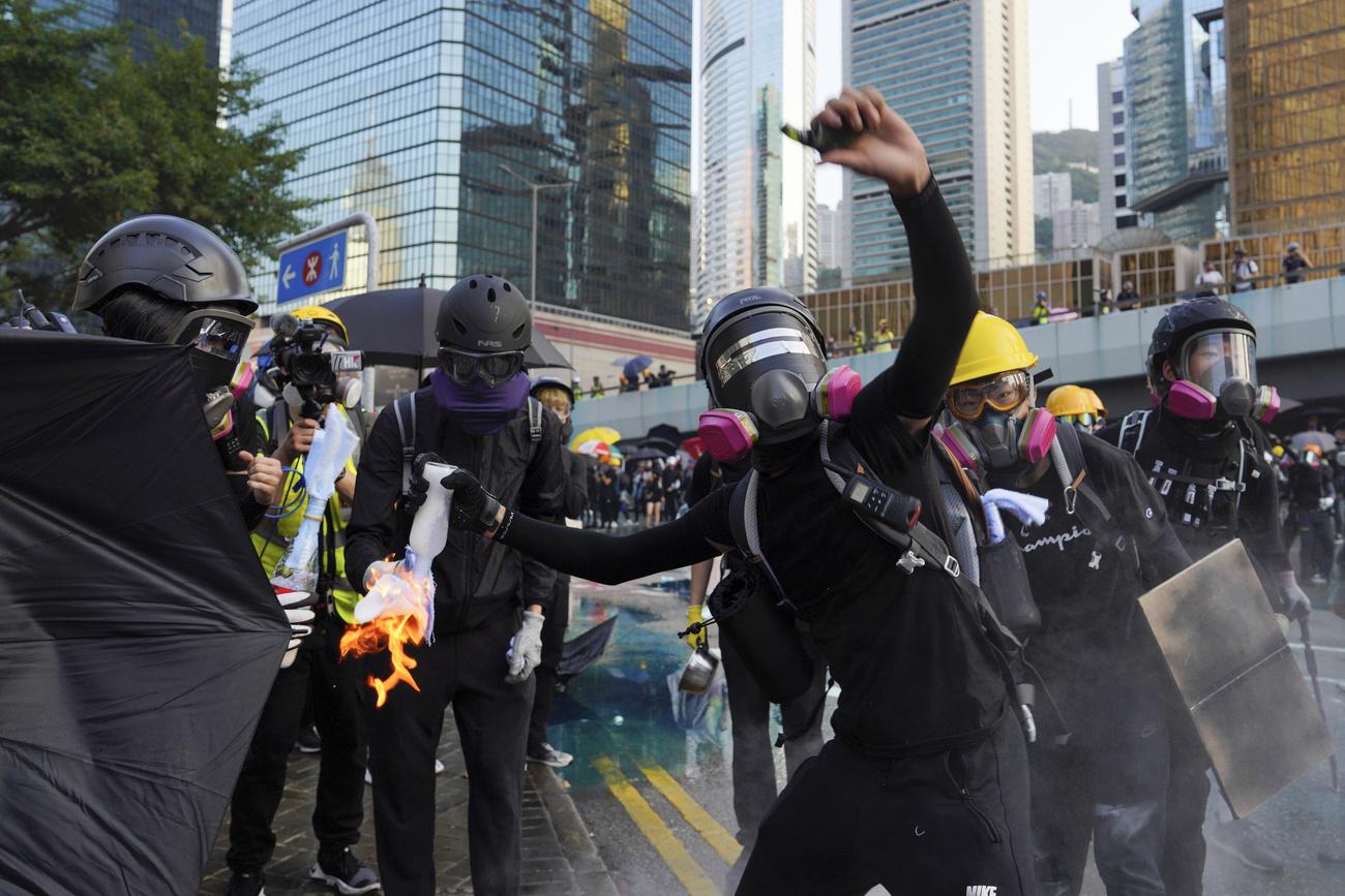 Lacrymogènes et cocktails molotov, une manifestation dégénère à Hong Kong