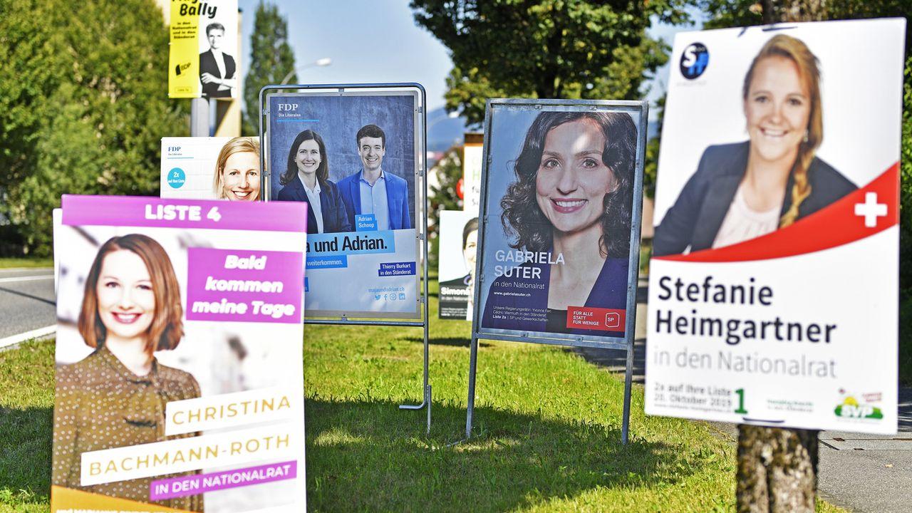 Les affiches de campagne des candidats de plusieurs grands partis au Conseil national, photographiées à Maegenwil (AG). [Walter Bieri - Keystone]