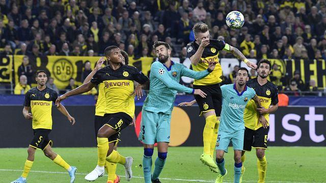Akanji et Reus disputent un duel aérien avec Piqué. [Martin Meissner - Keystone]