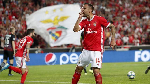 Seferovic harangue les supporters lisboètes après avoir réduit le score. [Armando Franca - Keystone]