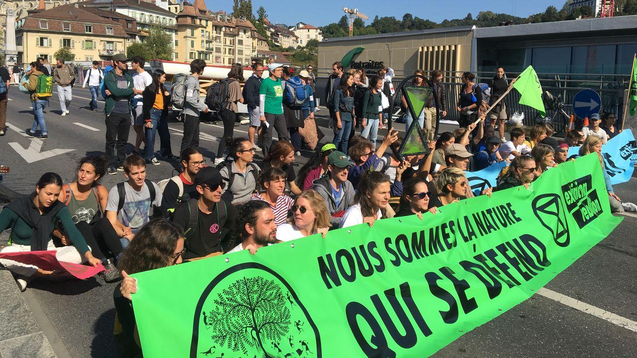 Les activistes d'Extinction Rebellion bloquent le pont Bessières à Lausanne, le vendredi 20 septembre 2019. [Pauline Turuban  - RTS]