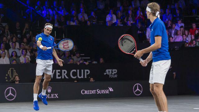 Aérien, Roger Federer excelle en retour de service sous le regard de son partenaire d'un week-end, Alexander Zverev.