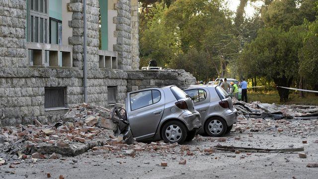 Des voitures ont été endommagées par des chutes de pierres à Tirana. [AP Photo/Hektor Pustina - Keystone]