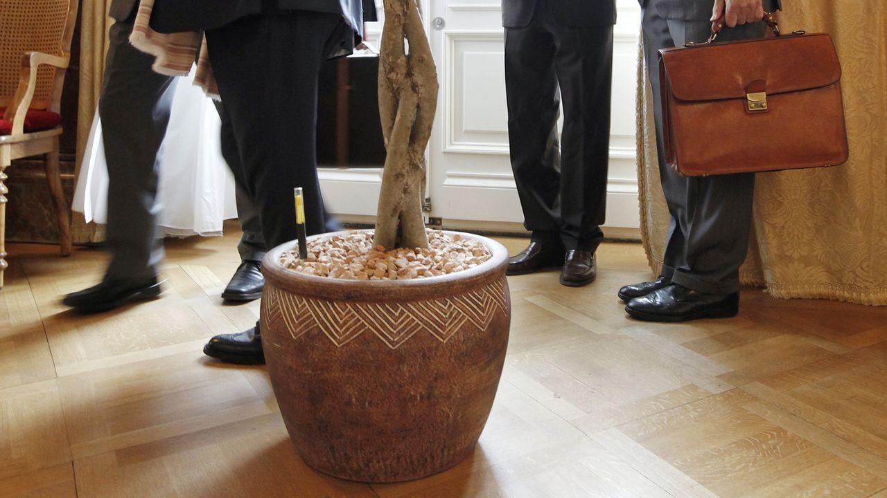 Des lobbistes dans la salle des pas perdus du Palais fédéral à Berne [Peter Klaunzer - Keystone]