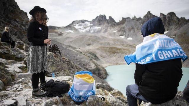 Des participants aux funérailles du glacier Pizol dans les Alpes. [Gian Ehrenzeller - Keystone]