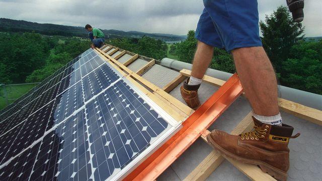 Quel est le prix de rachat du surplus d'électricité des panneaux photovoltaïques en Suisse? [Martin Ruetschi - Keystone]