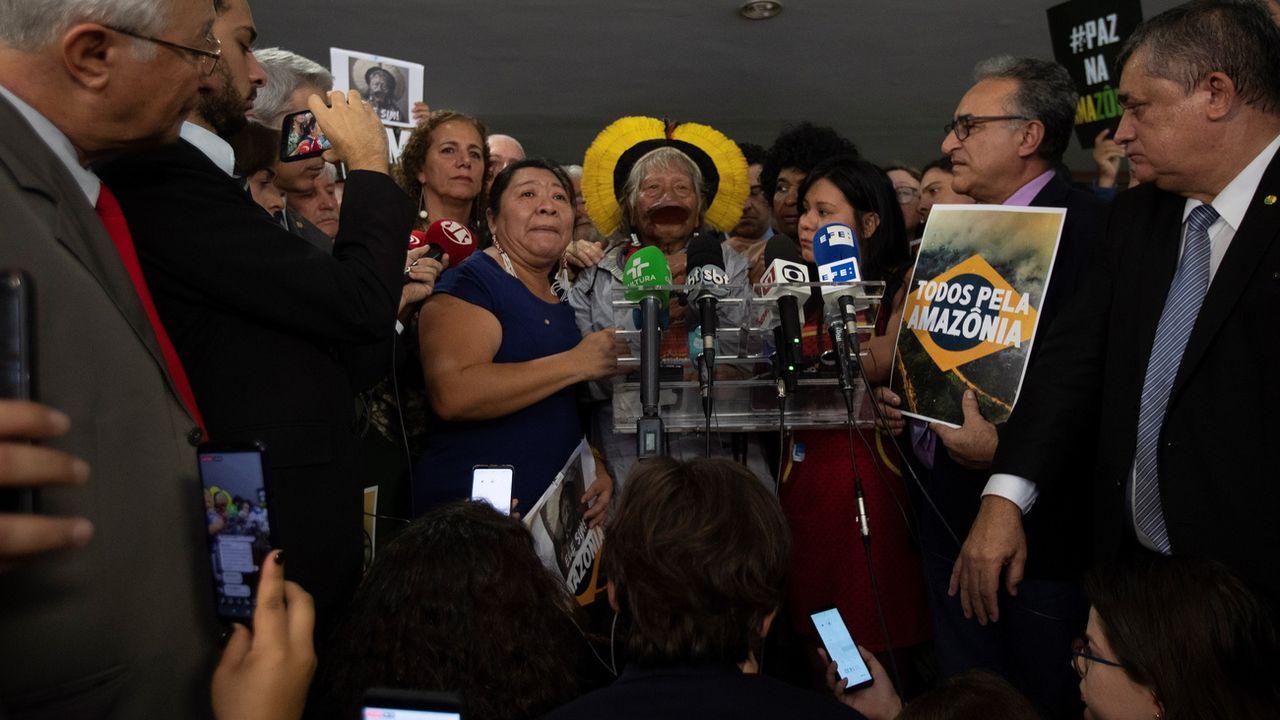 Le chef amérindien Raoni entouré de ses soutiens lors d'une conférence de presse à Brasilia, le 25 septembre. [Joedson Alves - EPA]