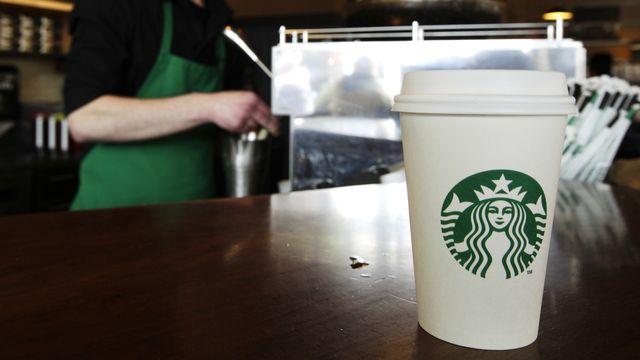 Un gobelet sur le comptoir d'un café Starbucks à Seattle (image d'illustration). [Ted S. Warren - LKeystone]