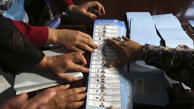 Des personnes comptent les bulletins de vote pour l'élection présidentielle afghane [Rahmat Gul - AP Photo/Keystone]