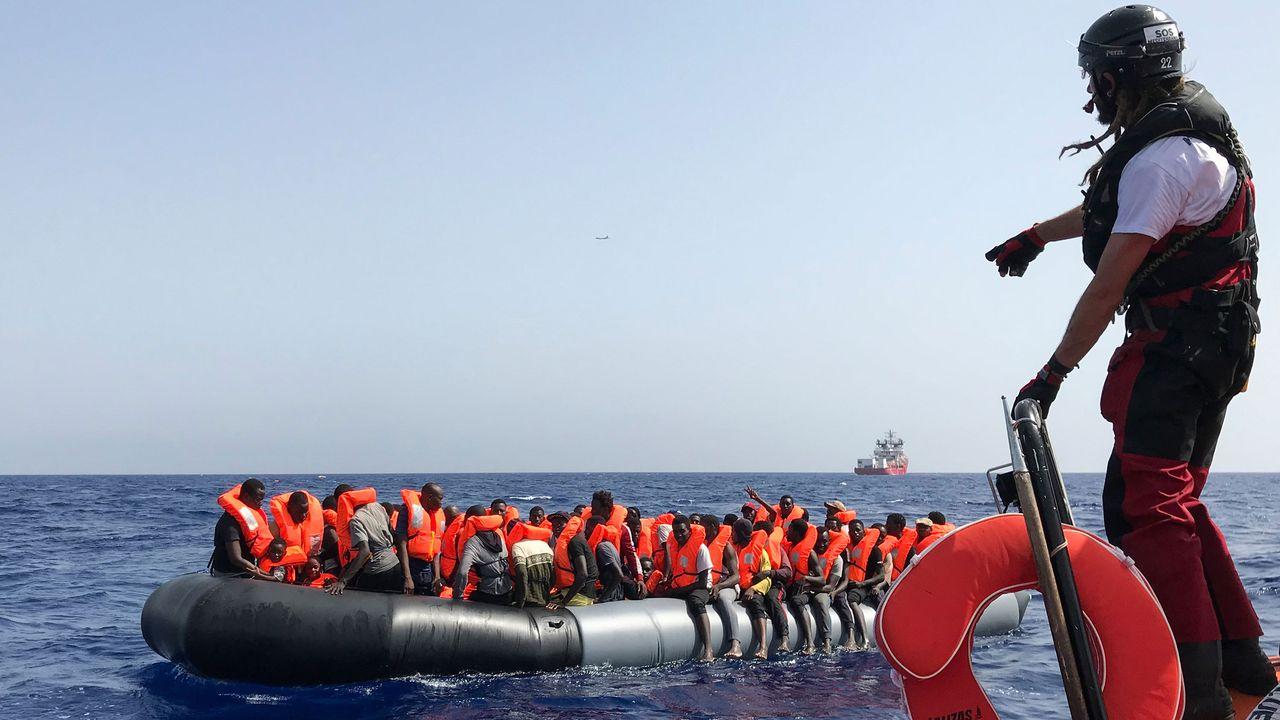 Des migrants sur un bateau gonflable lors de la seconde opération de sauvetage de l'Ocean Viking, le navire humanitaire des ONG SOS Méditerranée et Médecins Sans Frontières, le 10 août 2019. [Anne Chaon - AFP]