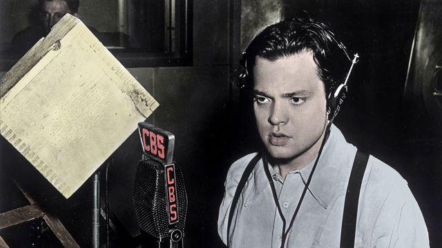 """Orson Welles pendant l'émission """"La guerre des mondes"""" le 30 octobre 1938. [Costa/Leemage - AFP]"""