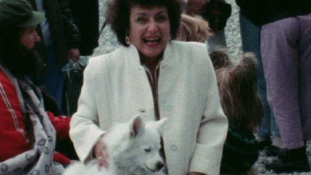 Chien avec sa propriétaire en 1986. [RTS]