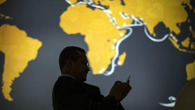 Internet et les nouvelles technologies bouleversent les relations internationales. [AP Photo/Emilio Morenatti - KEYSTONE]