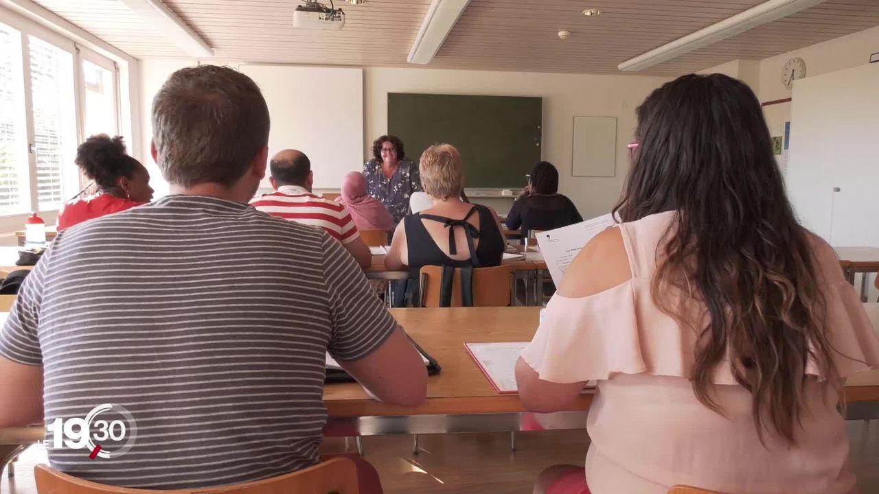 400'000 adultes sont aujourd'hui sans diplôme. Le canton de Fribourg propose une formation inédite. [RTS]