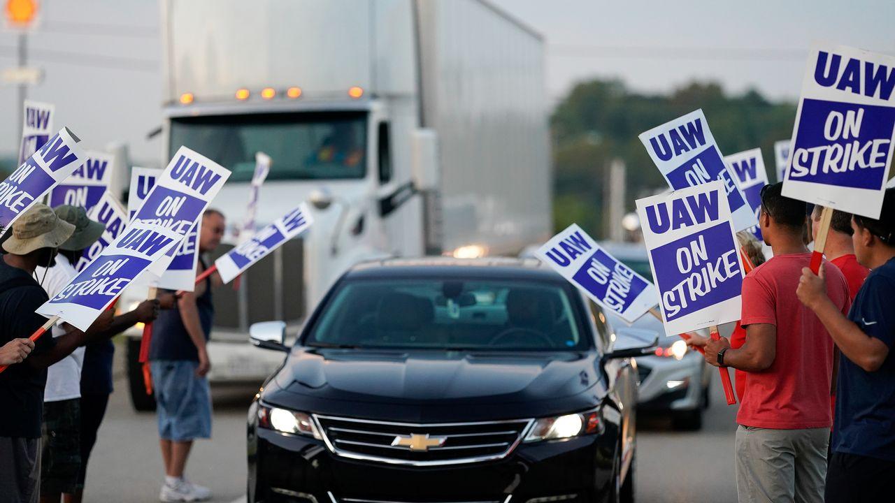 Les employés de General Motors entament lundi leur 4e semaine de grève pour obtenir de meilleurs salaires et avantages sociaux. [Bryan Woolston - Reuters]