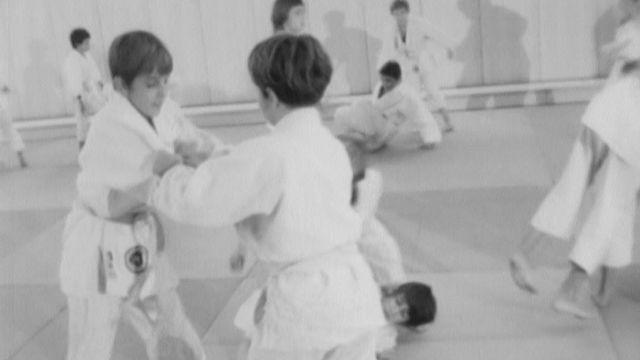 Entraînement d'enfants au judo-club de Genève [RTS]