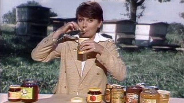 Catherine Wahli déguste du miel. [RTS]