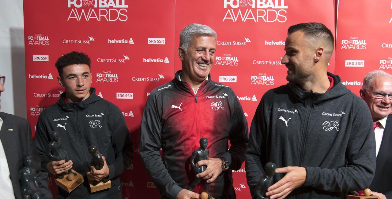 Ruben Vargas, Vladimir Petkovic et Haris Seferovic ont été honorés à Ouchy. [Laurent Gillieron - Keystone]