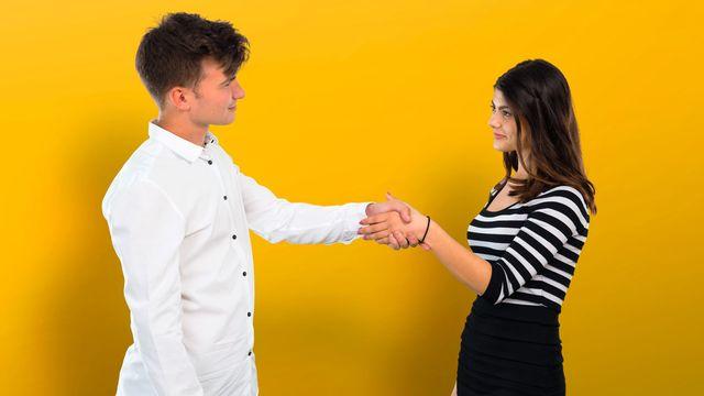 Deux adolescents se serrent la main. [luismolinero - Depositphotos]