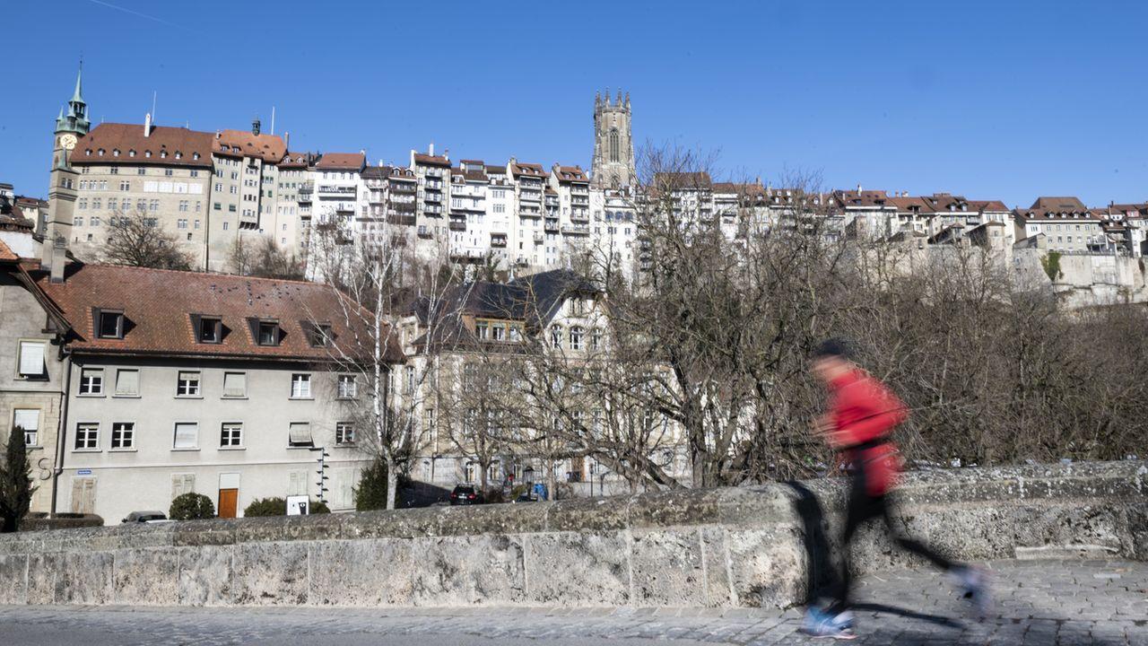 Une personne fait de la course à pieds en Basse-Ville de Fribourg. [Adrien Perritaz - Keystone]