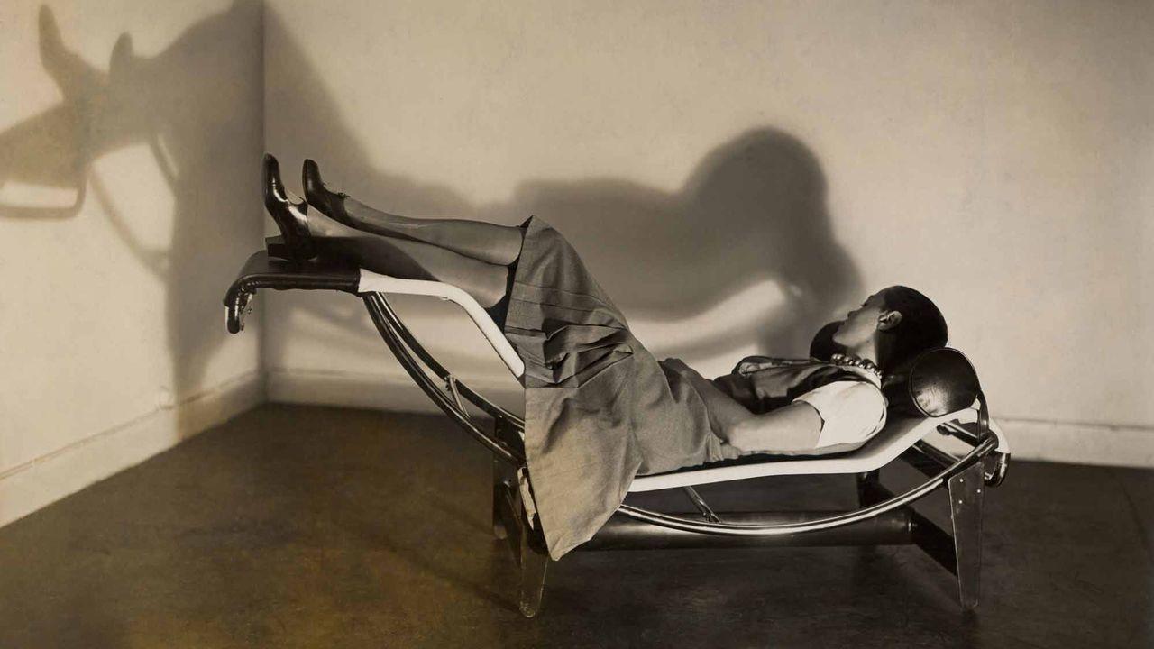 """Charlotte Perriand sur la """"Chaise longue basculante, B306"""" (1928-1929) - Le Corbusier, P. Jeanneret, C. Perriand, vers 1928. [ADAGP, Paris, 2019 - fondationlouisvuitton.fr]"""