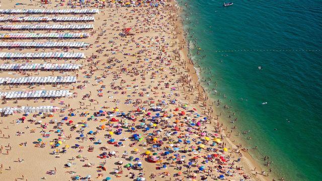 Le tourisme aura-t-il la peau du climat? Ici une plage touristique. [elxeneize - Depositphotos]