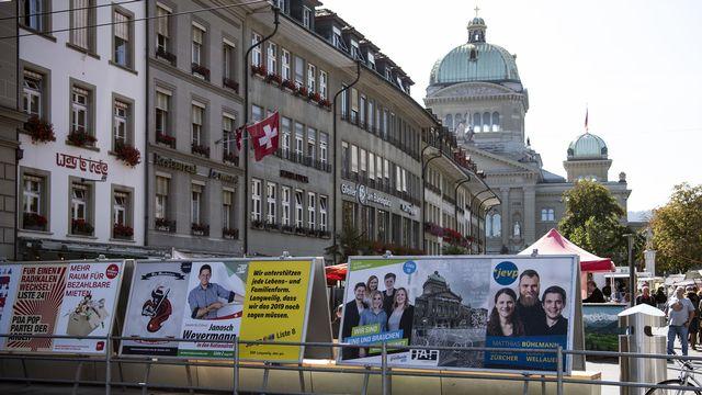Des affiches de campagne dans la ville de Berne, à proximité du Palais fédéral. [Peter Schneider - Keystone]